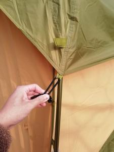 四隅のゴムフックをテントリングに引っ掛ける